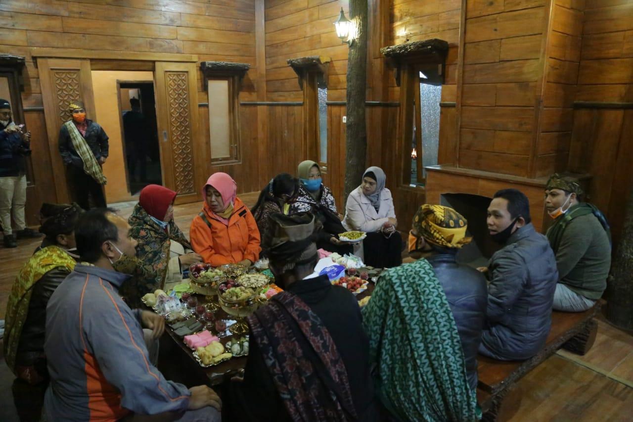 Masyarakat Tengger Memperingati  Karo Di Desa Ranu Pane